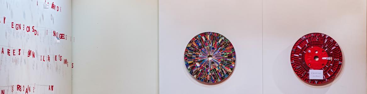 """Sala de exposiciones temporales CCHSN. Exposición Parte de Art3 vol. 2 """"Cartas a Papá Noel"""". Fotografía Javier Monje. Noviembre 2018."""