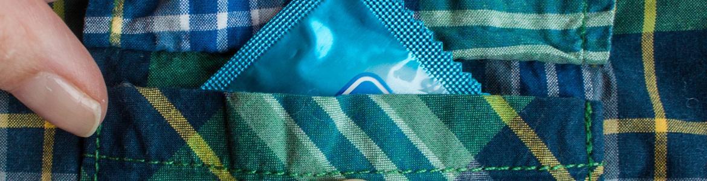 Preservativo en bolsillo de una camisa
