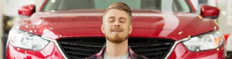 hombre relajado junto a un coche
