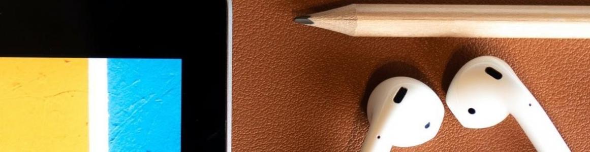 Teclado, lápices y auriculares