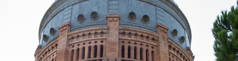 Detalle del ladrillo y la cubierta metálica exterior de la Sala Canal