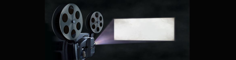 Proyector de cine proyectando sobre pantalla