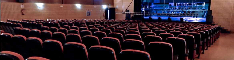 Sala de cine con pantalla ybutacas