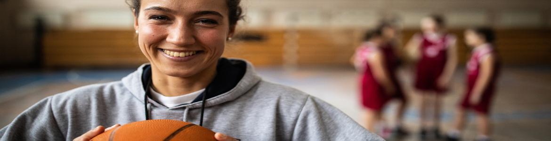 Deportista sosteniendo una pelota de valoncesto
