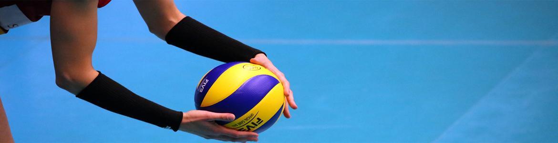 Jugador sujetando pelota de voleibol