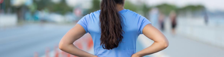Mujer de espaldas preparada para correr