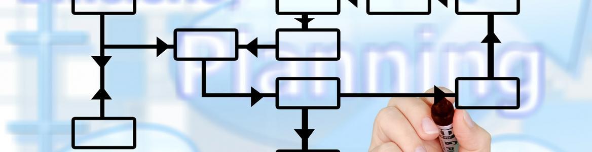 Imagen de mano dibujando diagrama sobre pantalla transparente