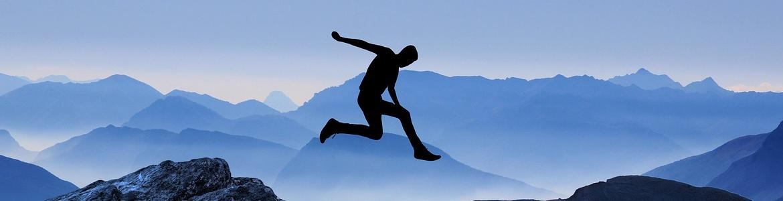 Imagen de silueta masculina saltando de una montaña a otra