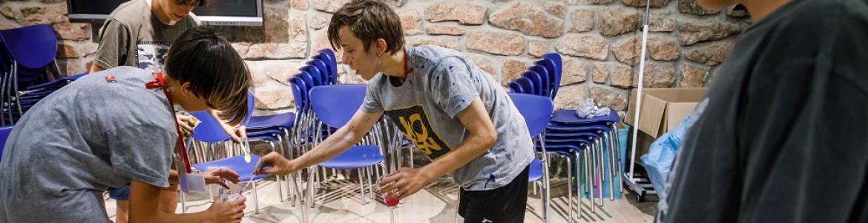 Jóvenes haciendo un experimento
