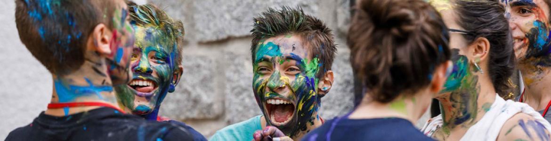 Jóvenes con la cara pintada