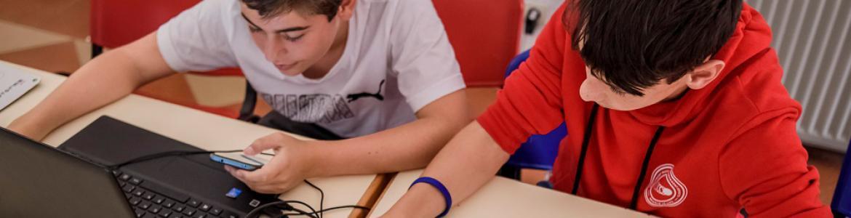 Jóvenes con piezas de Lego y ordenador