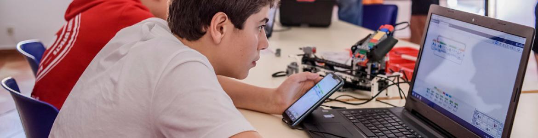 Joven con ordenador