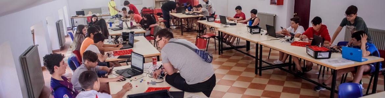Grupo de jóvenes en una sala con ordenadores