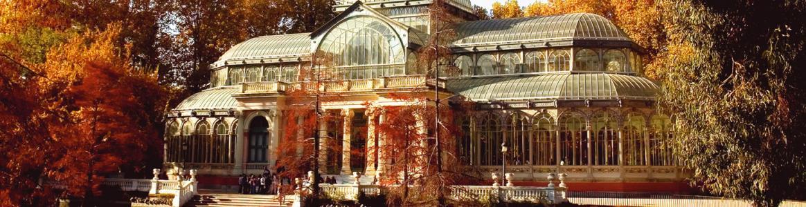 Palacio de Cristal del parque del Retiro y su lago adyacente