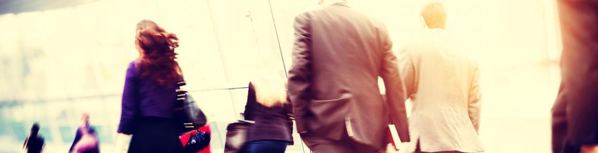 Personas caminando por una zona iluminada
