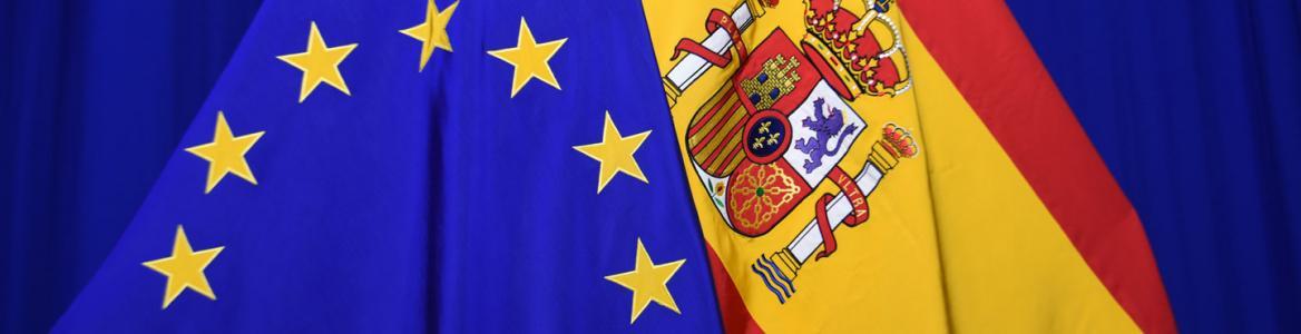 Banderas de España y de la UE superpuestas