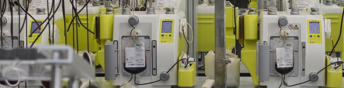 Sala con máquinas fraccionadoras de la sangre con un trabajador