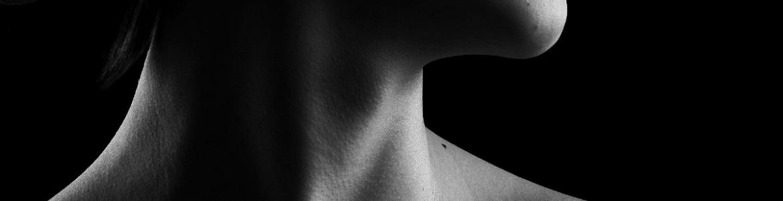 Imagen en blanco y negro de una garganta