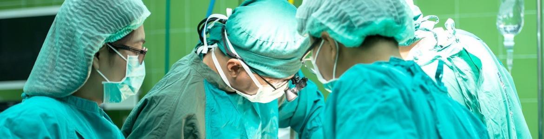 cirujanos vestidos de verde