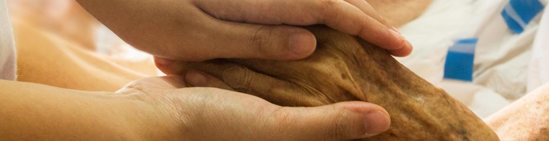Dos manos juntas cuidándose