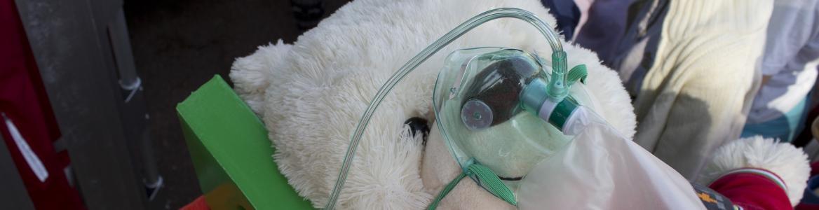 Osito de peluche con mascarilla de oxígeno