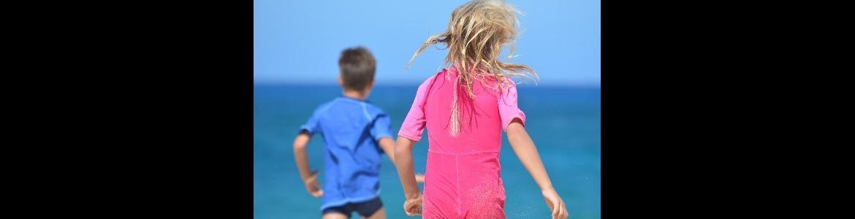 dos niños corriendo de espaldas