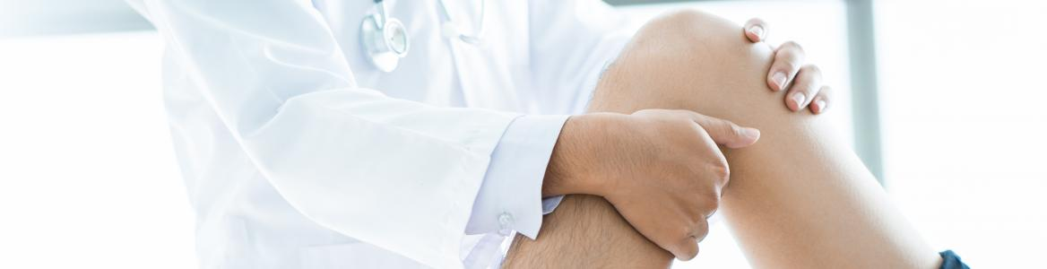 Médico realizando rehabilitación de rodilla a un paciente