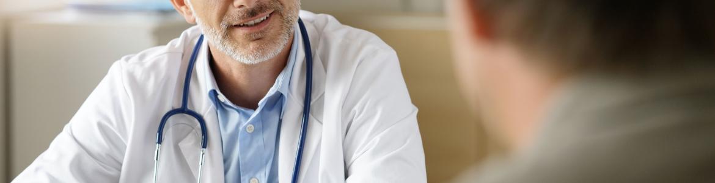 Médico de familia atendiendo a un paciente