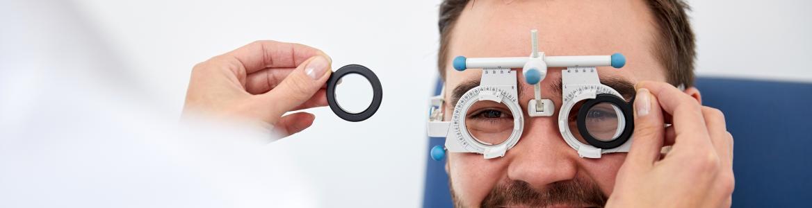 Óptico comprobando la graduación de un paciente