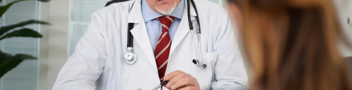 Psicólogo atendiendo a un paciente en la consulta