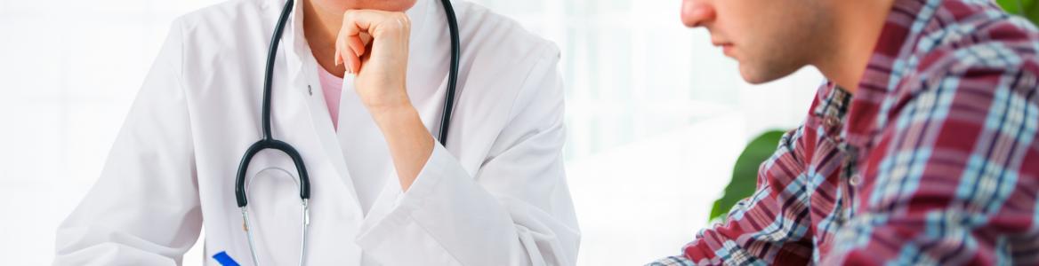 Psicólogo con un paciente en consulta