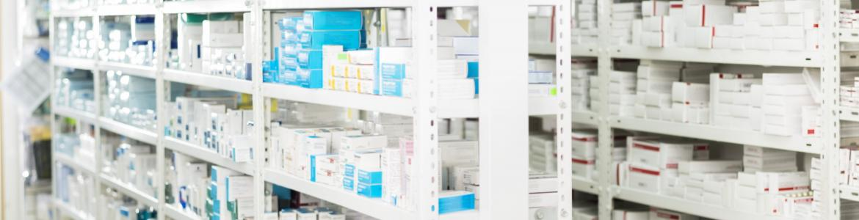 Estanterías con medicamentos