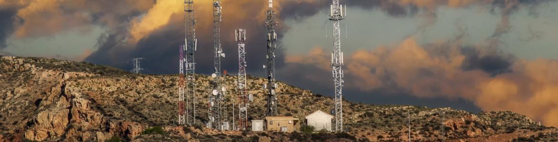 Varias antenas de telefonía en lo alto de una loma