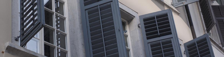 Exterior de un edificio con ventanas y contraventanas