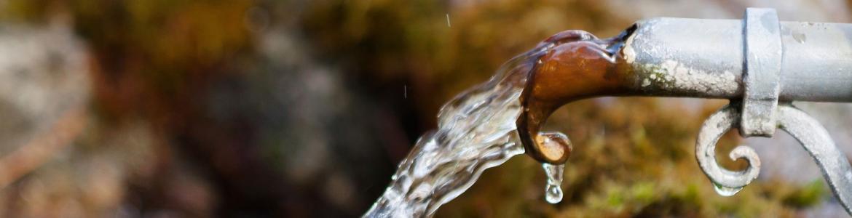 Boca de un grifo de agua rústico