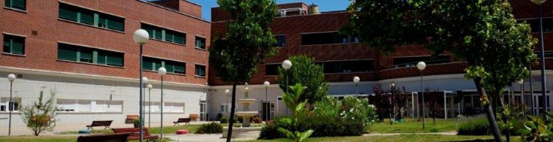 Jardín y fachada residencia mayores