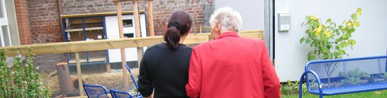 Mujer mayor paseando acompañada por una joven
