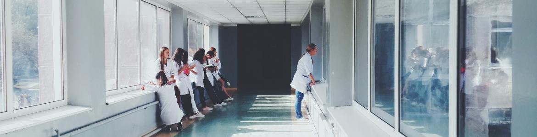 Enfermeras en un pasillo de residencias