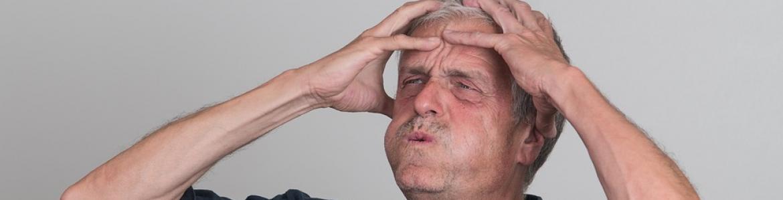 Hombre con la manos en la cabeza