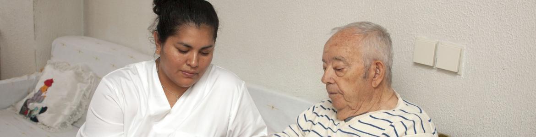Cuidadora con hombre mayor