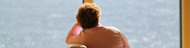 Mujer mayor sentada