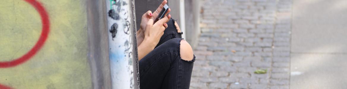 Niña con teléfono
