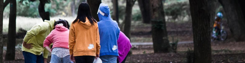 Adolescentes paseando por el campo.