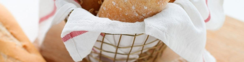 Cesto con varios tipos de panes