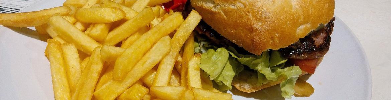 plato con hamburguesa, patatas fritas y ketchup