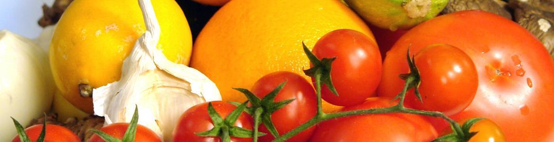 plato con tomates,ajo,naranjas. limones y calabacín