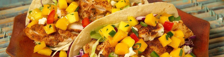 plato con dos tacos de maíz rellenos