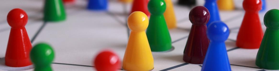 Tablero de juego con red en la que elementos de varios colores