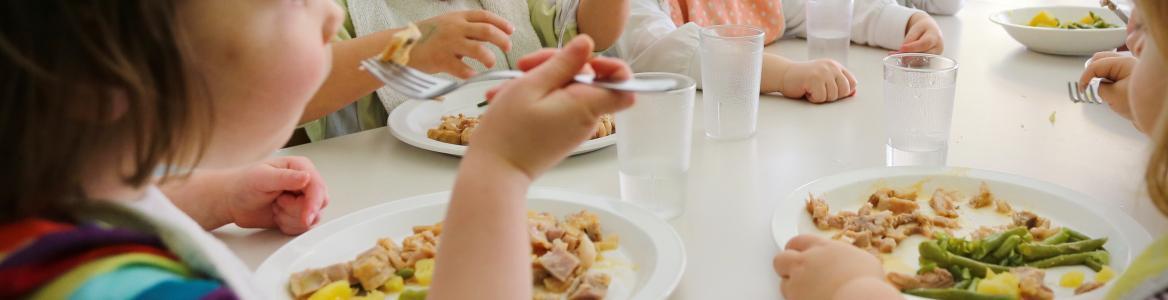 niños sentados comiendo
