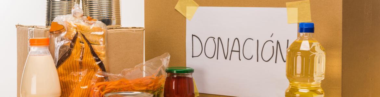 Caja de cartón y varios alimentos para donar